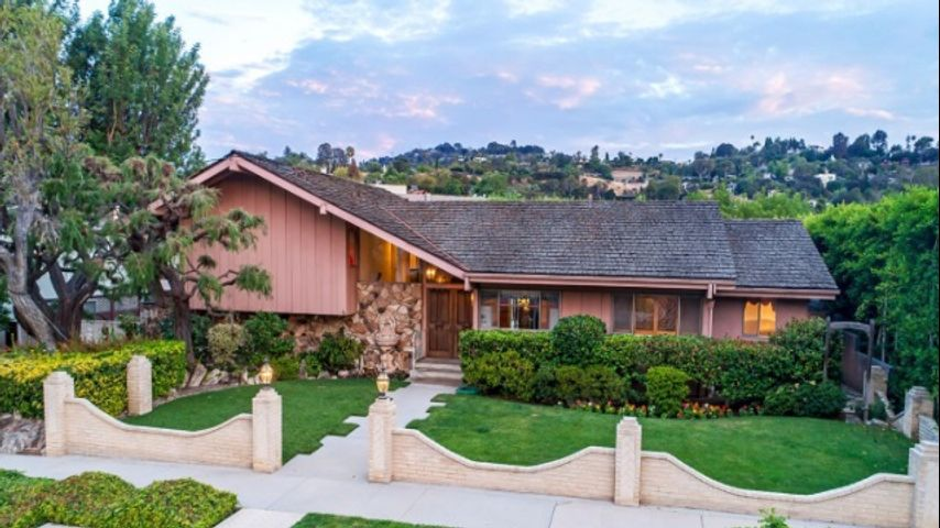 Hgtv wins bid beats out lance bass for brady bunch house