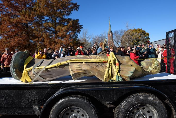 Ceres was placed in a flatbed truck and left on public display for two hours following the removal.